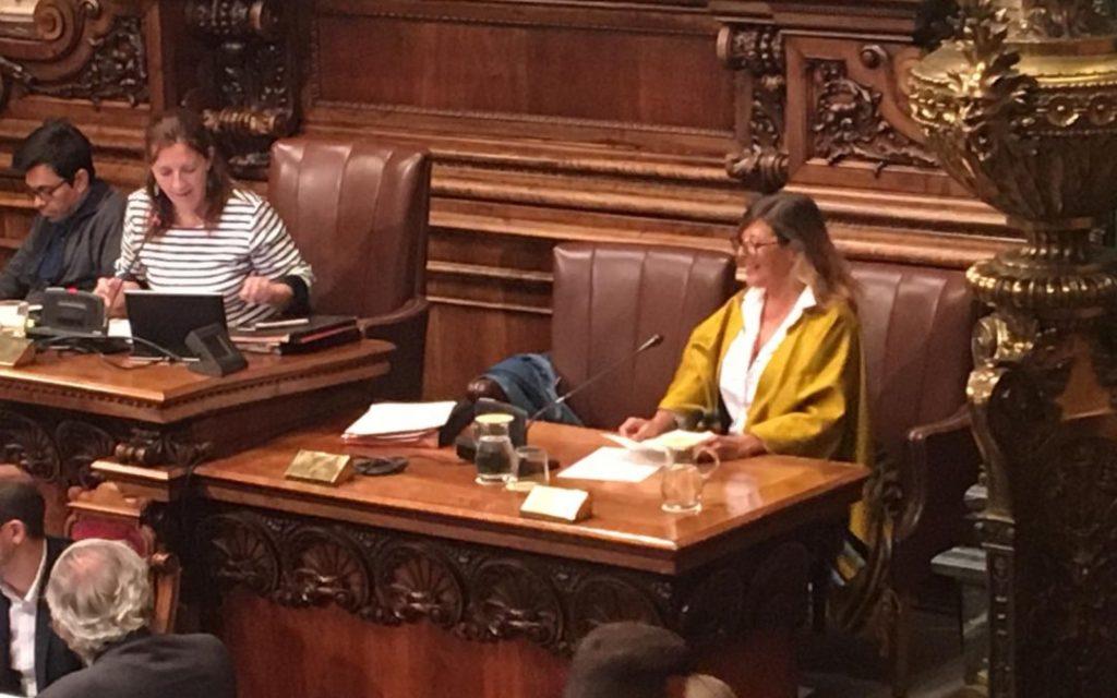 Alejandra García en el pleno del Ayuntamiento de Barcelona