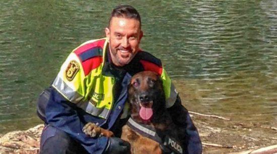 Mosso posa con su perro de servicio