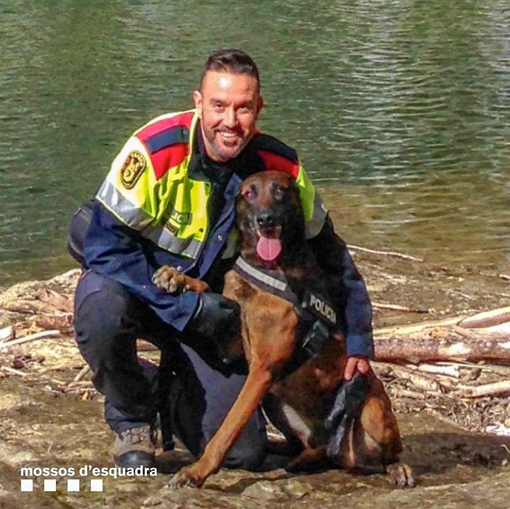 Mosso Esquadra con su perro de servicio