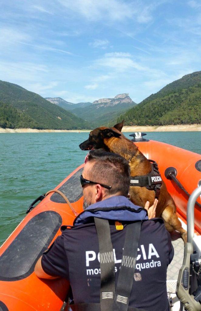 Policía y perro de servicio en una lancha