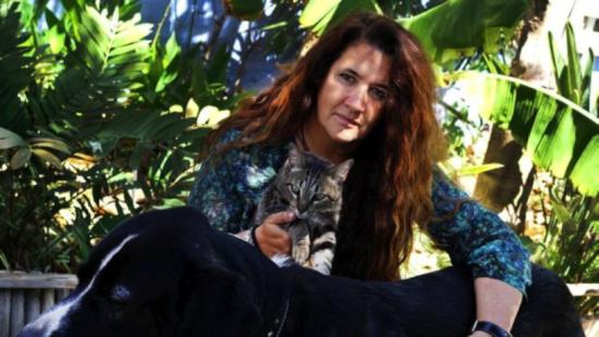 La abogada Amparo Requena con sus animales