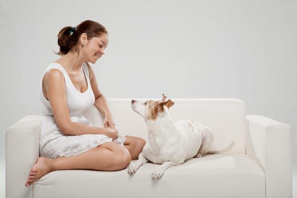 La abogada Conny Duarte con su perra Chía