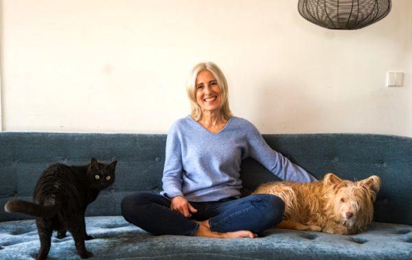 La periodista Lucía Arana con sus compañeros animales