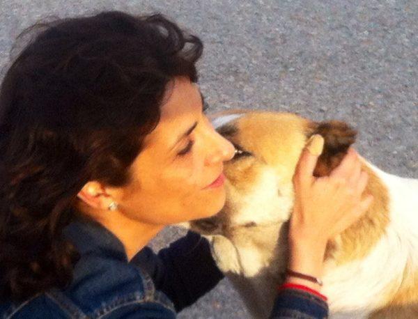 La abogada Anna Mulà con un animal abandonado